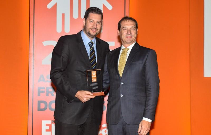 Jefferson Vendrametto, diretor de relacionamento e negócios do Cebrac (à esquerda), recebe o prêmio de Erik Cavalheri, diretor de franqueados da ABF
